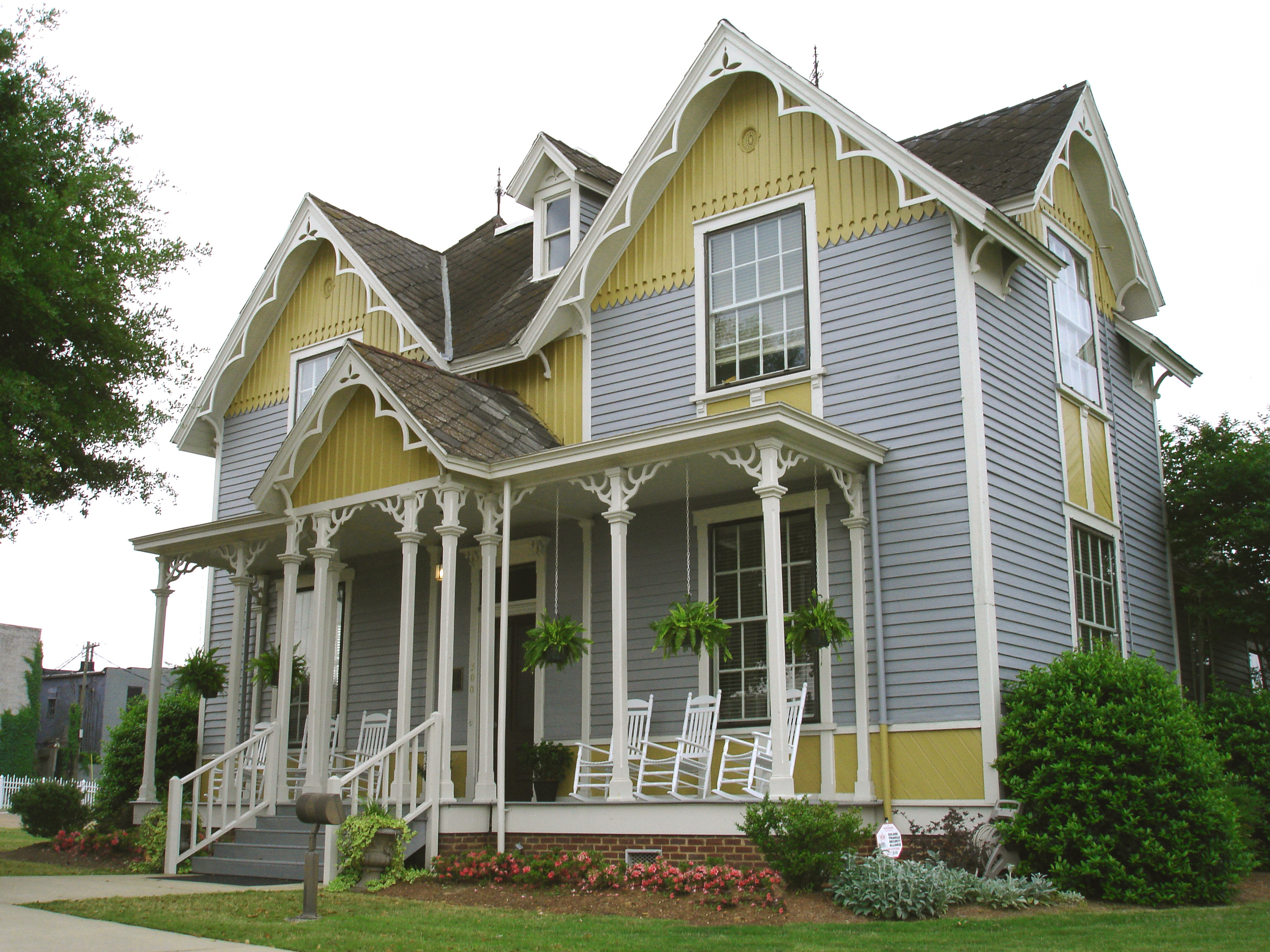 http://caringresourcesinfo.files.wordpress.com/2011/02/tennessee-williams-home-in-columbus-ms_mr1.jpg